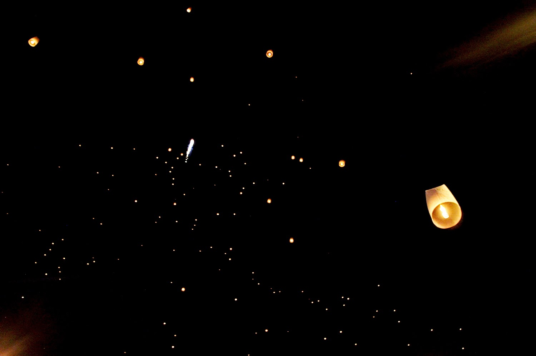 Durante in Loy Krathong in cielo nascono nuove costellazioni - foto di Elisa Chisana Hoshi