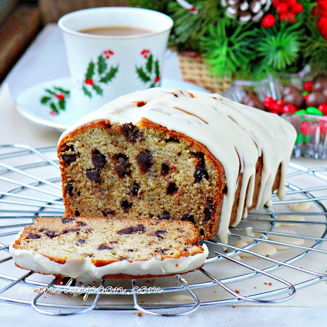 A delicious loaf cake with banana, chocolate and eggnog flavors. Perfect for snacking or with a cup of coffee or tea. Great for Christmas and New Year celebrations! | manilaspoon.com
