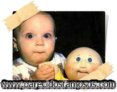 Bebé con muñeco