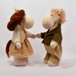 Картинка лошадки. Текстильные лошадки. Пара лошадок. Лошадки игрушки.