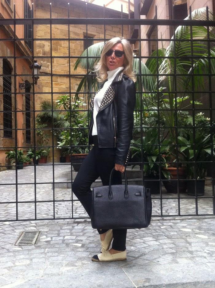 Las alpargatas Chanel al igual que el resto del look con el mismo binomio blanco y negro para continuar con la uniformidad del look .
