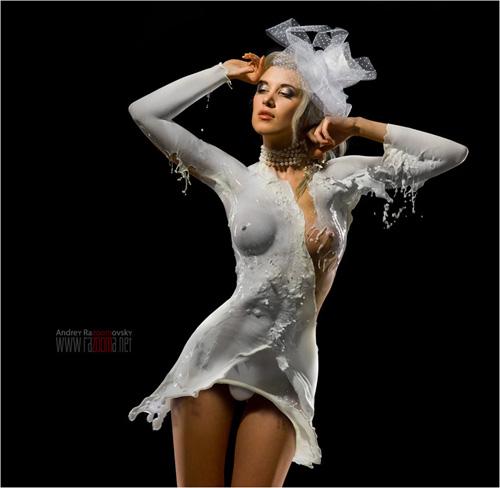 Andrey Razoomovsky: retratos de desnudos femeninos embadurnados en leche