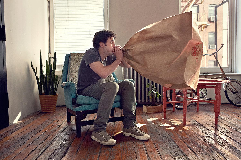 uomo soffia nel sacchetto