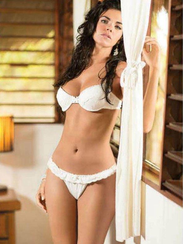 Livia Brito en bikini o traje de bano