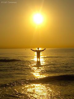 Un amigo es un sol que ilumina nuestro camino, el dia que se nos apagaron todas las luces de esperanza.