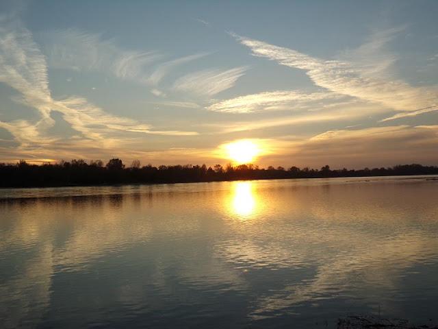 Zachód słońca nad Wieprzem. Fot Różański Stanisław