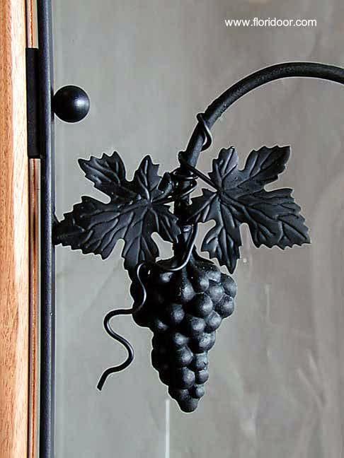 Detalle de ornamentación en una puerta clásica americana