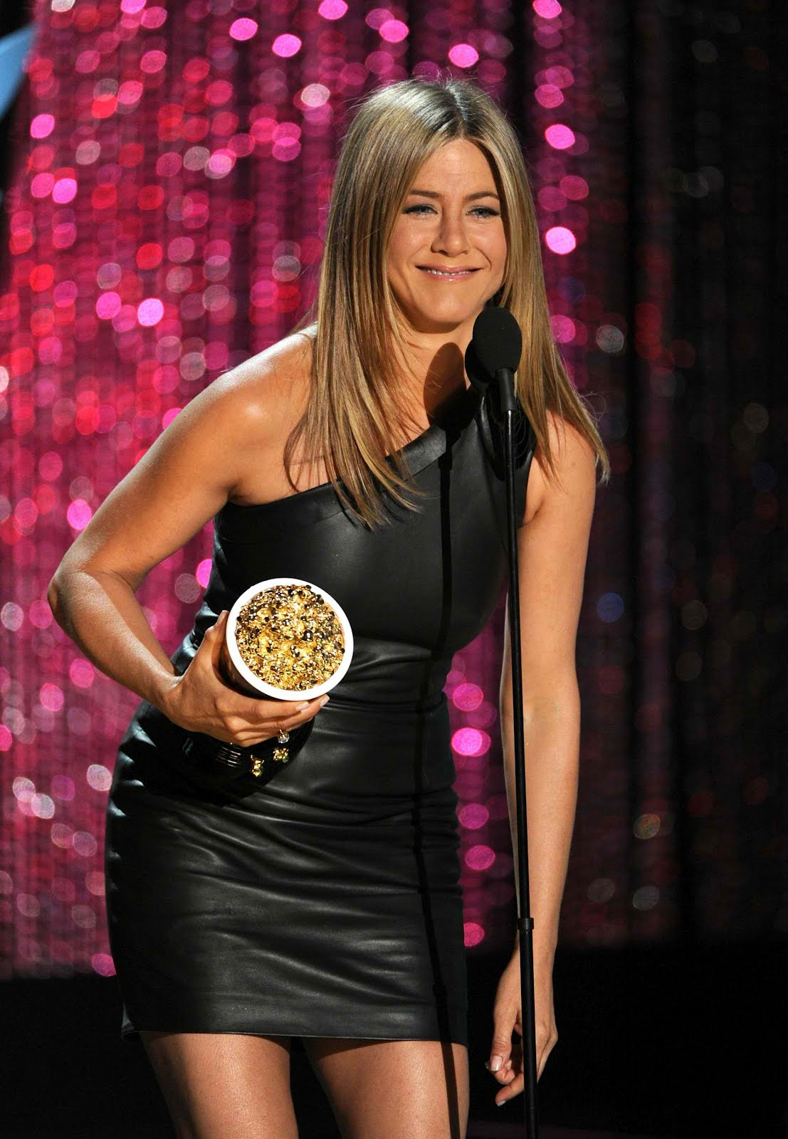 http://4.bp.blogspot.com/-BqtJP-W32p8/T9VVgMaEIjI/AAAAAAAAEGg/hKMfet-O1z4/s1600/jennifer-aniston-leather-dress-mtv-movie-awards-07.jpg