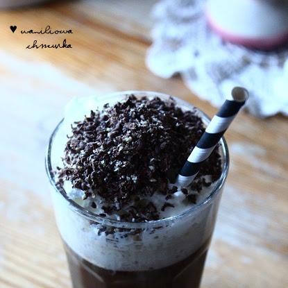 Kawa z waniliową pianką i czekoladową posypką