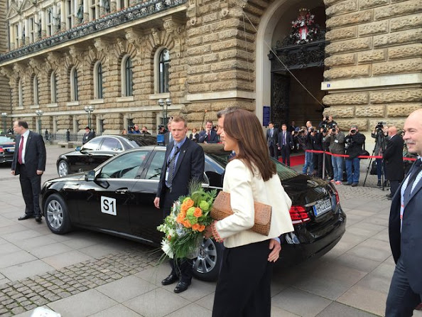 Crown Prince Frederik and Crown Princess Mary of Denmark arrives at the city hall of Hamburg, Germany, 19 May 2015.