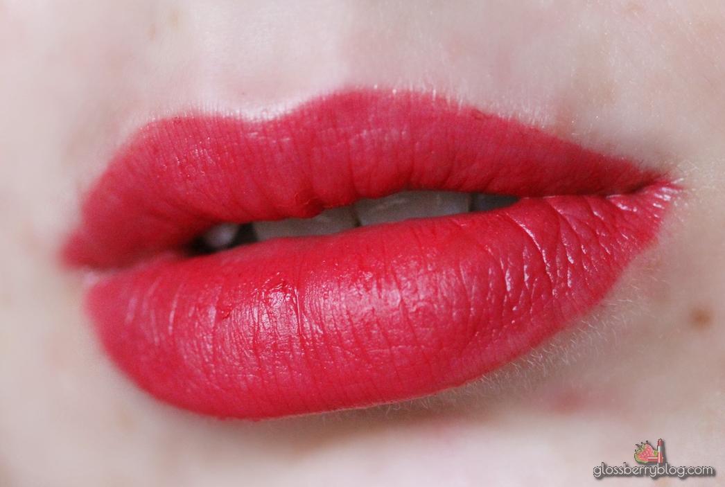 Bourjois - Rouge Edition Velvet - 02 Frambourjoise review swatches ליפסטיק מאט בורזואה בורגואה זול אדום עמיד נוזלי סקירה גלוסברי בלוג איפור וטיפוח