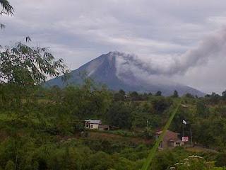 VIDEO GAMBAR LETUSAN GUNUNG SINABUNG 2013 Youtube Gunung Meletus Dahsyat