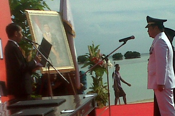Jokowi lantik bupati di pinggir pantai