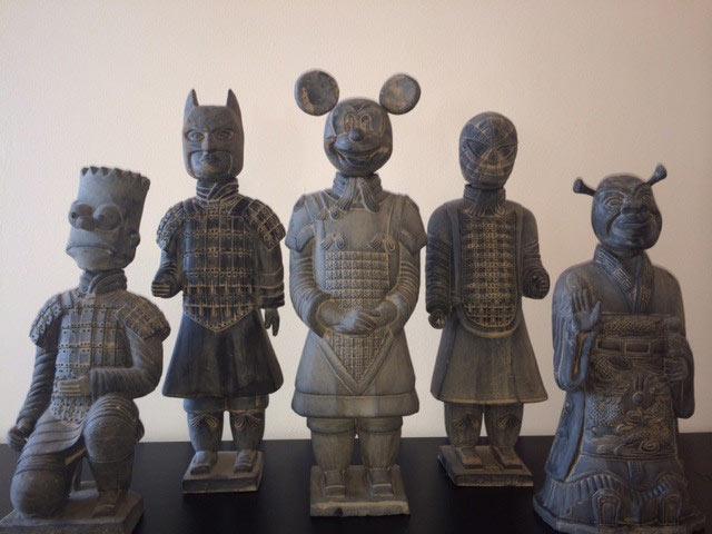 Modernos esculturas representan antiguos guerreros de terracota como iconos de la cultura pop