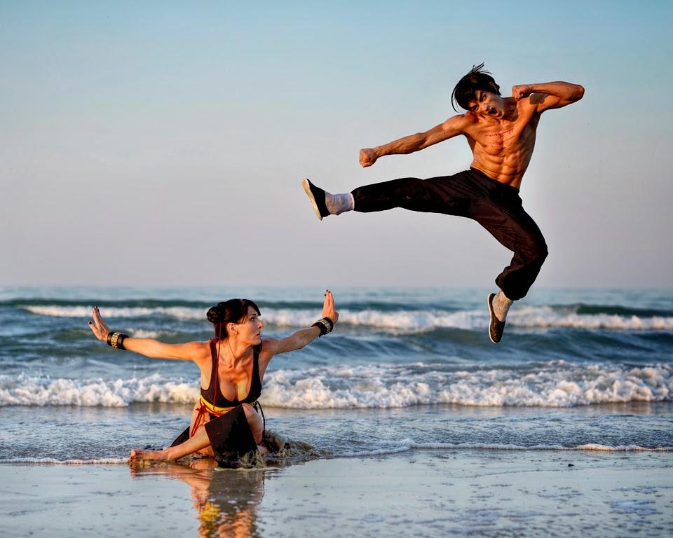 cosplay chun li et fei long combattant sur une plage