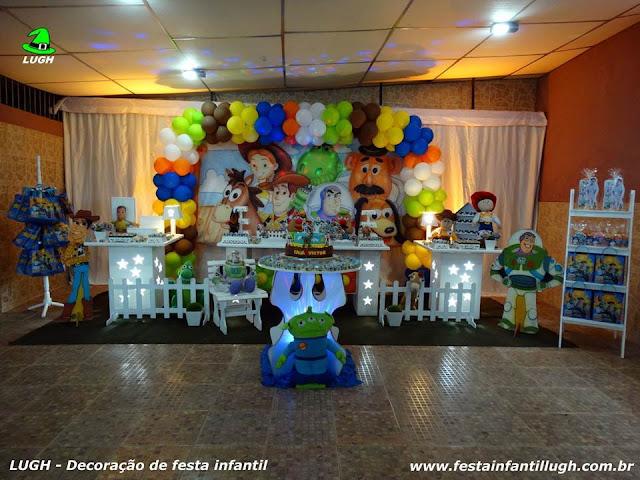 Mesa provençal de ornamentação de festa infantil com o tema Toy Story - festa de aniversário de meninos