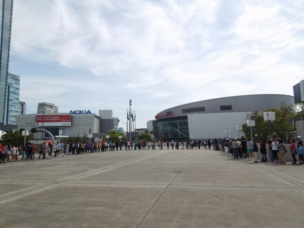 Big queue LA Marathon Expo 2014