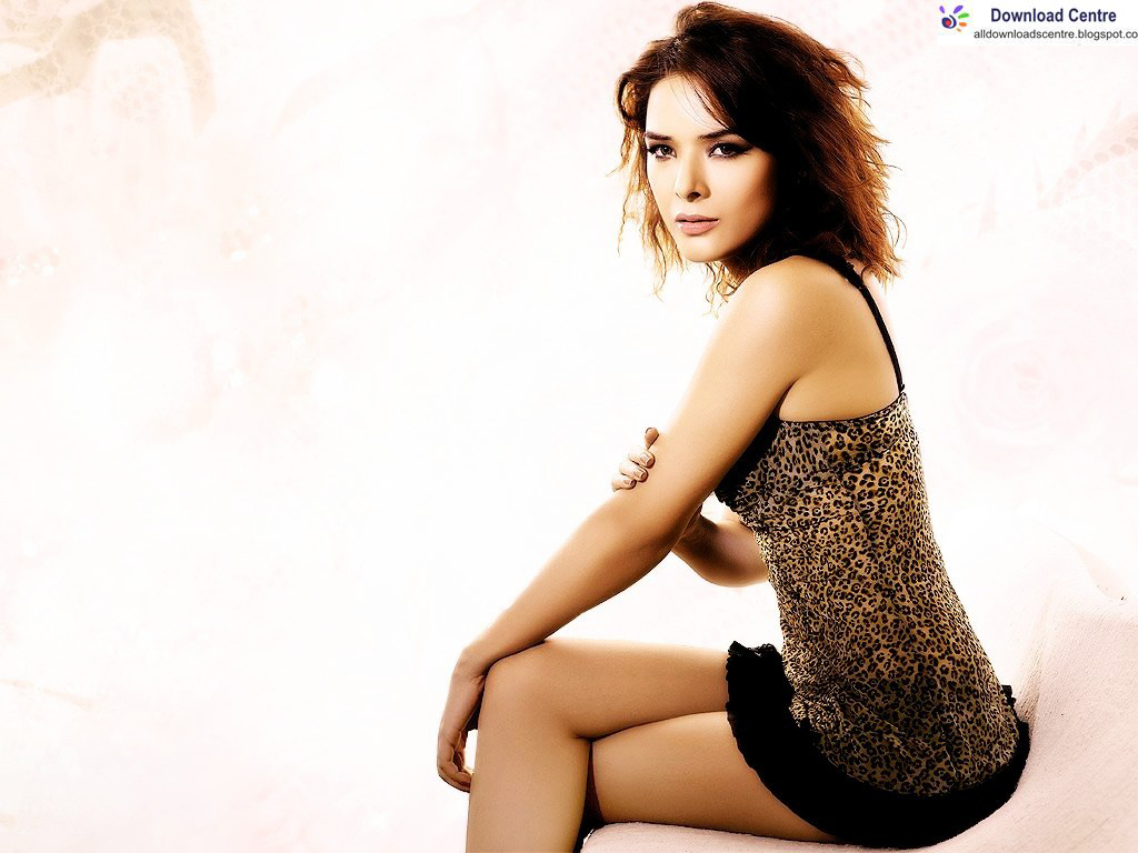 Download Centre  Udita Goswami in y Outfit Wallpaper