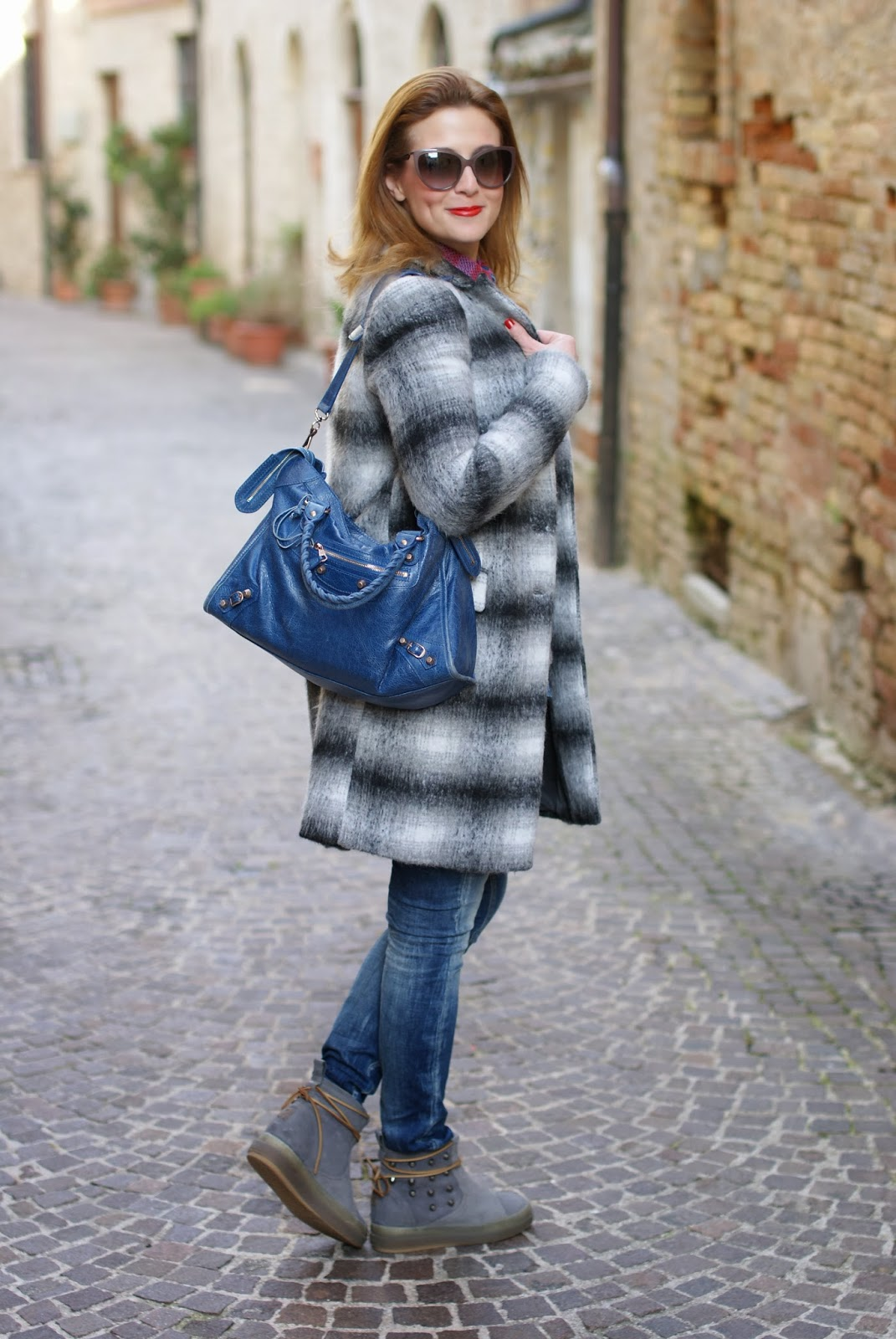Zara checked coat, cappotto a quadri Zara, Balenciaga City cobalt blue, Ruco Line boots, Fashion and Cookies, fashion blogger