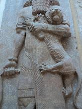 Le héros Gilgamesh étouffant une bête féroce