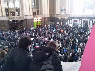 Многотысяная толпа на киевском железнодорожном вокзале