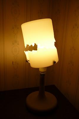 trasig bordslampa, tänd. foto: Reb Dutius