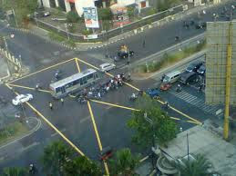 Mengenal YBJ ( Yellow Box Junction) atau Kotak Kuning di Persimpangan Jalan