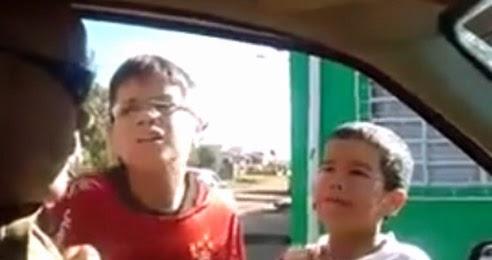 Policial aborda crianças passando trote