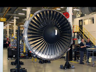 Vista da parte frontal de um motor de aeronave.