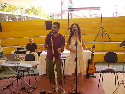 Na foto, Bianco Marques e Sara Bentes, apresentando-se na feira do livro espírita em Volta Redonda