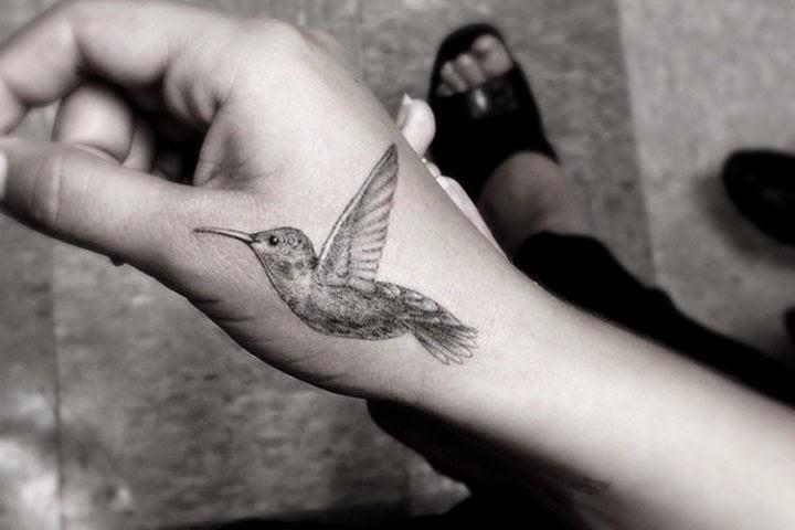 La foto del tatuaggio della figlia di Robin Williams, Zelda , che si e' disegnata un colibrí.