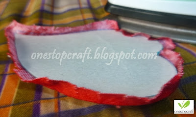 melipat lebihan kain sesuai pola karton