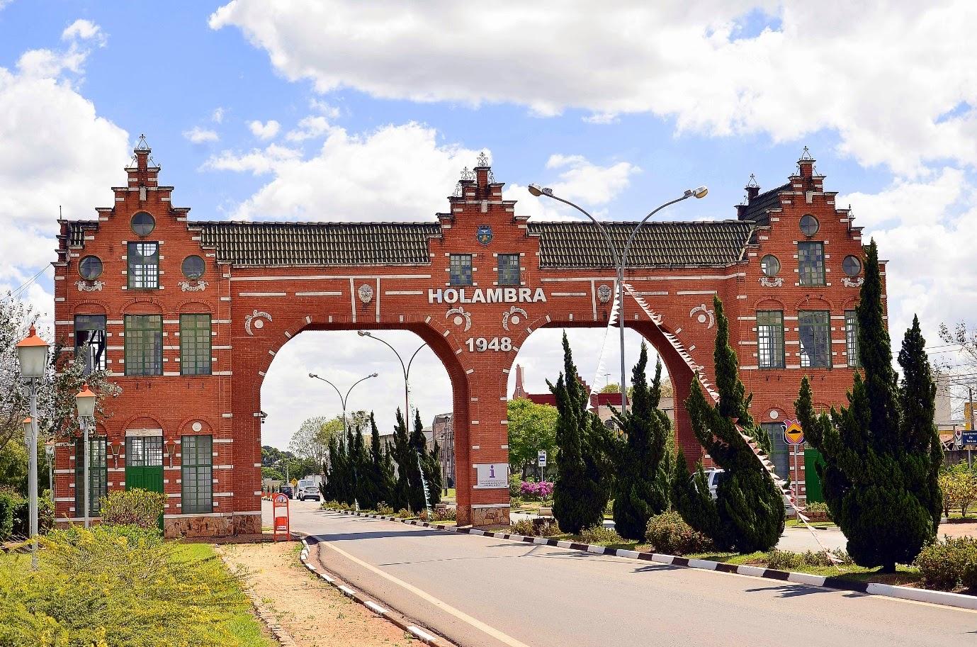 O principal portal de acesso à Holambra possui um estilo arquitetônico fiel às tradições culturais dos países baixos da Europa.