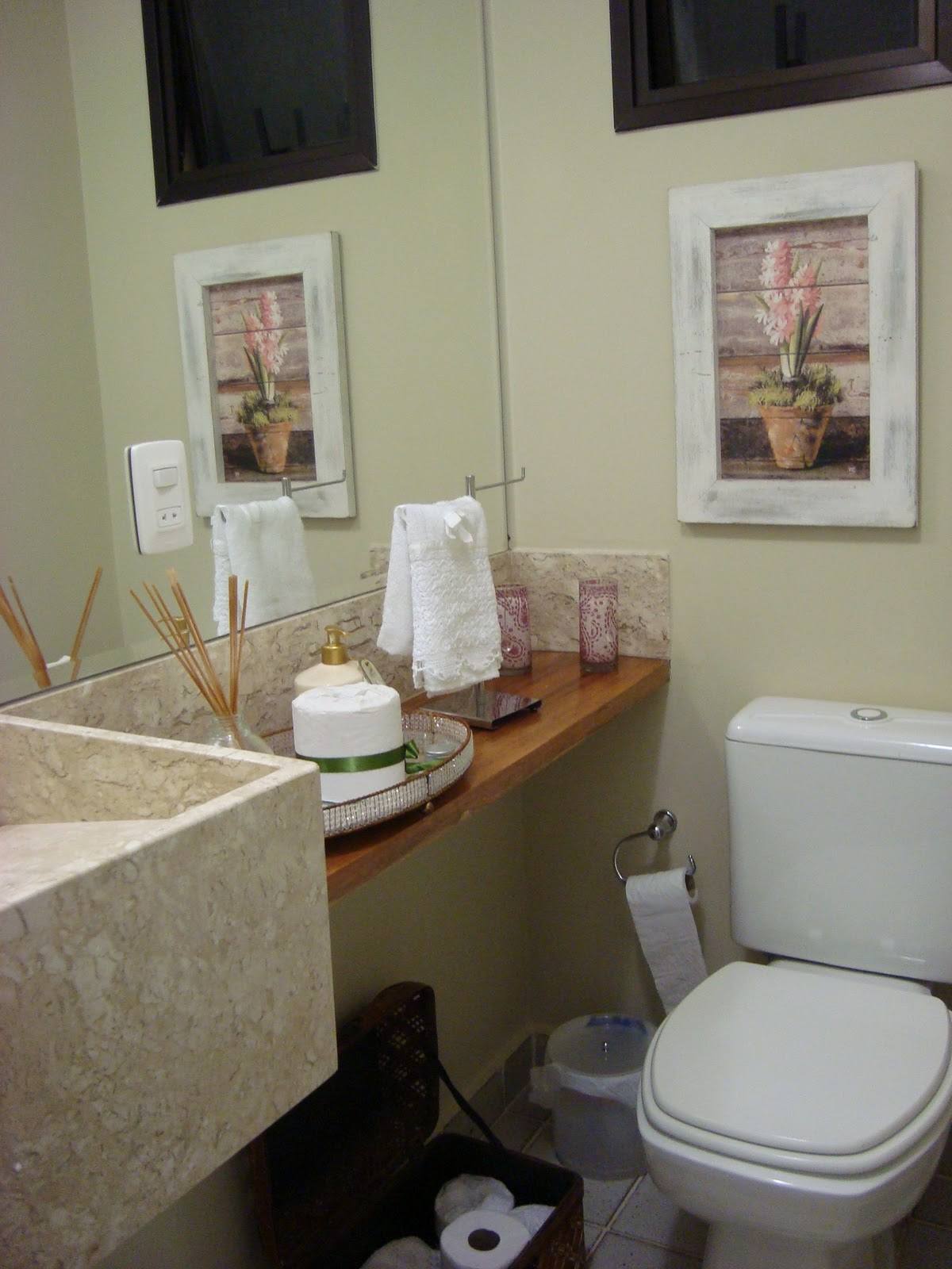 Lavabo à francesa : detalhe na bancada de mármore marrom imperial e  #614936 1200x1600 Bancada Banheiro Rustico