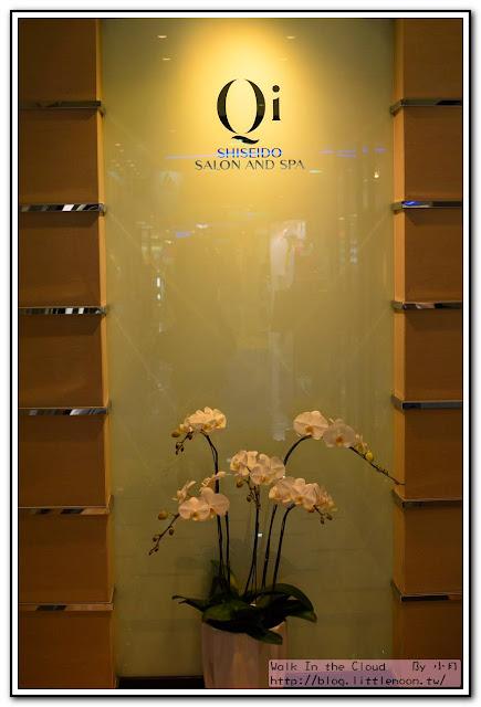 門前蘭花與柔和的燈感