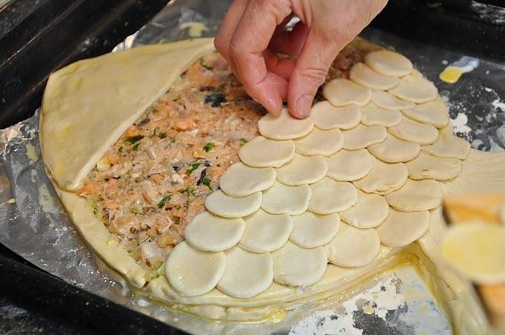 Рыбный пирог из слоеного теста пошагово