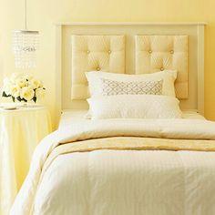 Camera da letto con scala colore giallo immagine