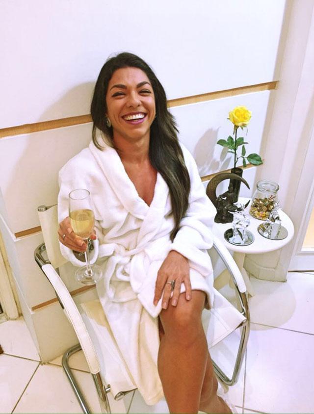 Carla Carra recebe tratamento vip em clinica de estética com direito a champagne. Foto: Arquivo pessoal