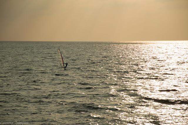Серфер на Черном море