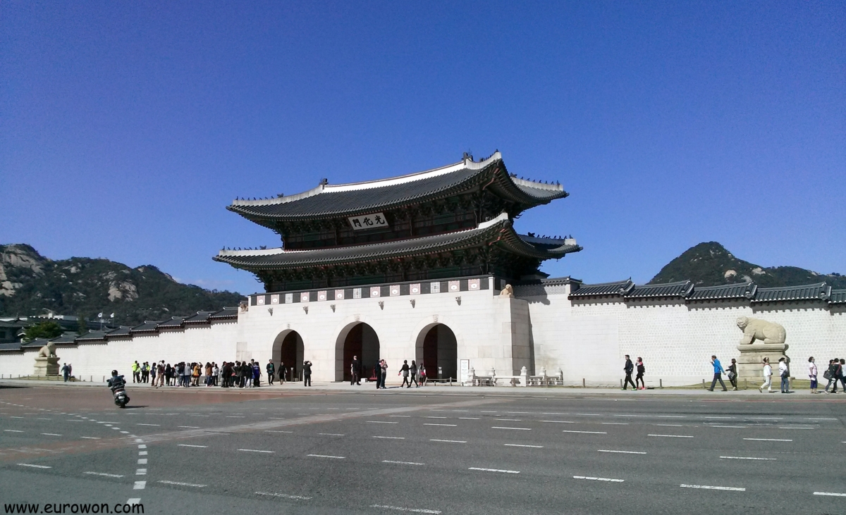 Puerta de Gwanghwamun en el centro histórico de Seúl