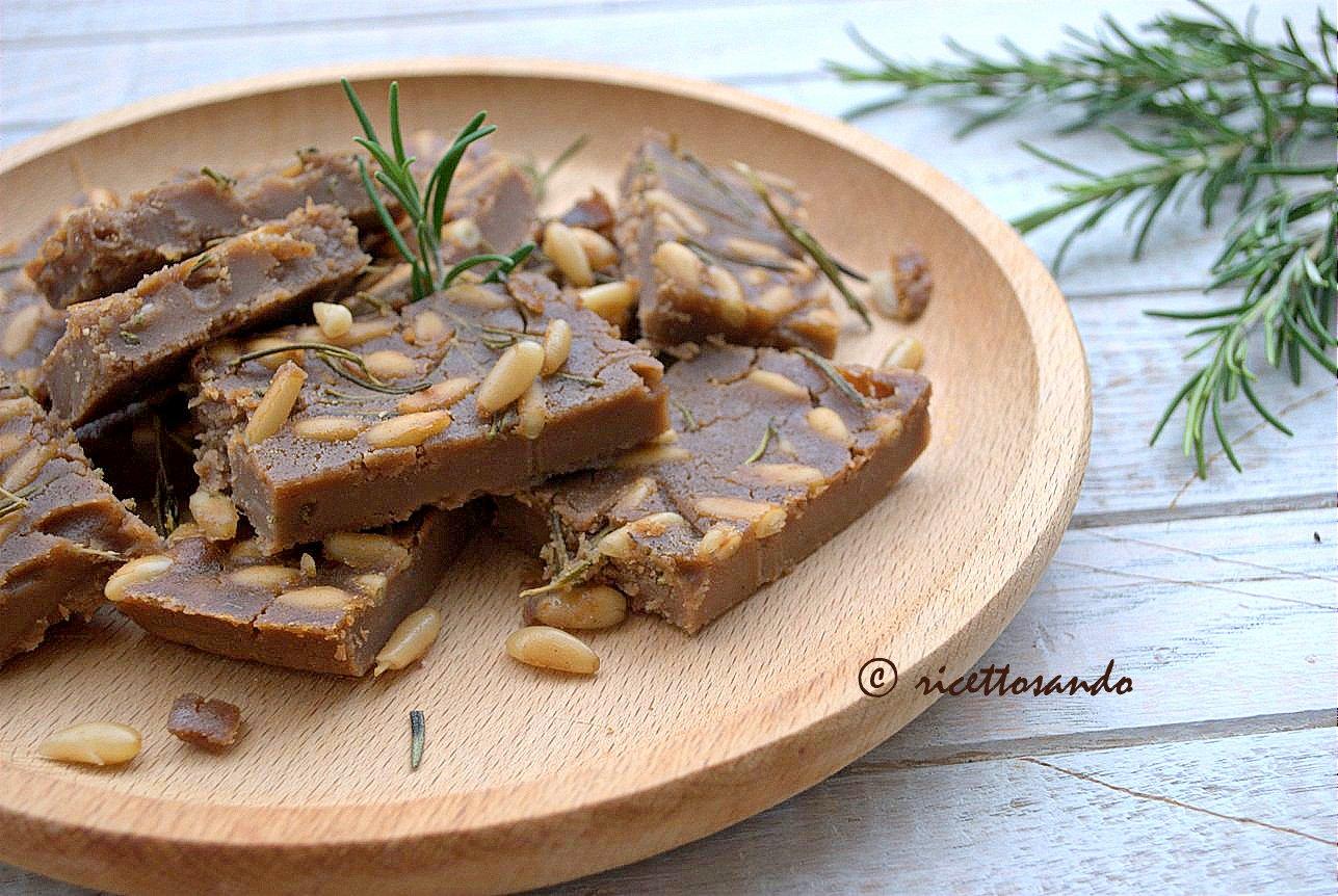 Castagnaccio ricetta dolce di castagne della tradizione montana