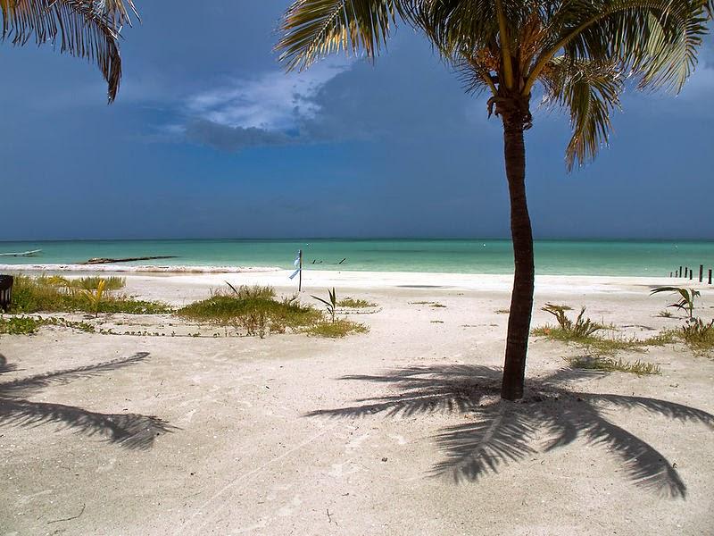 Karibischer Sandstrand bei bestem Wetter