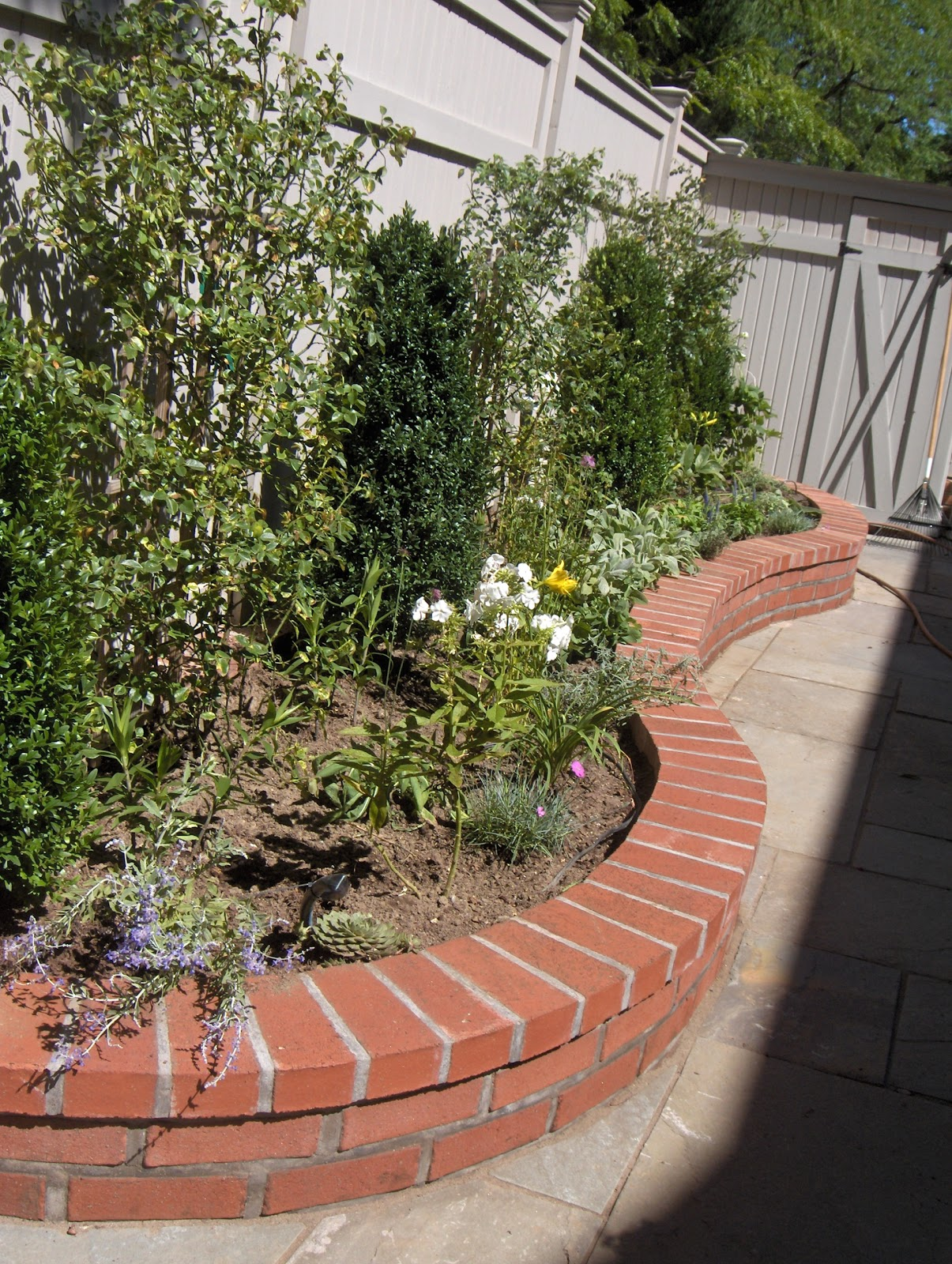 Brick laminate picture brick garden walls for Garden wall designs