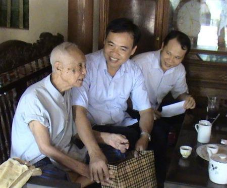 PCT UBND tỉnh Bùi Văn Hạnh tặng quà người cao tuổi huyện Hiệp Hòa