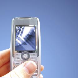 main qui tient un téléphone portable