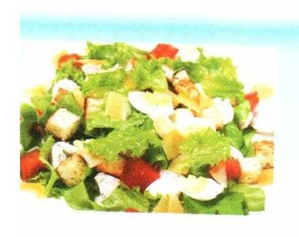 Салат с гренками и овощами