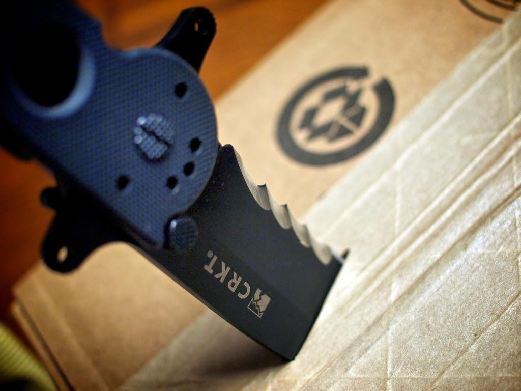 Lame semi-dentelée sur couteau tactique CRKT M16