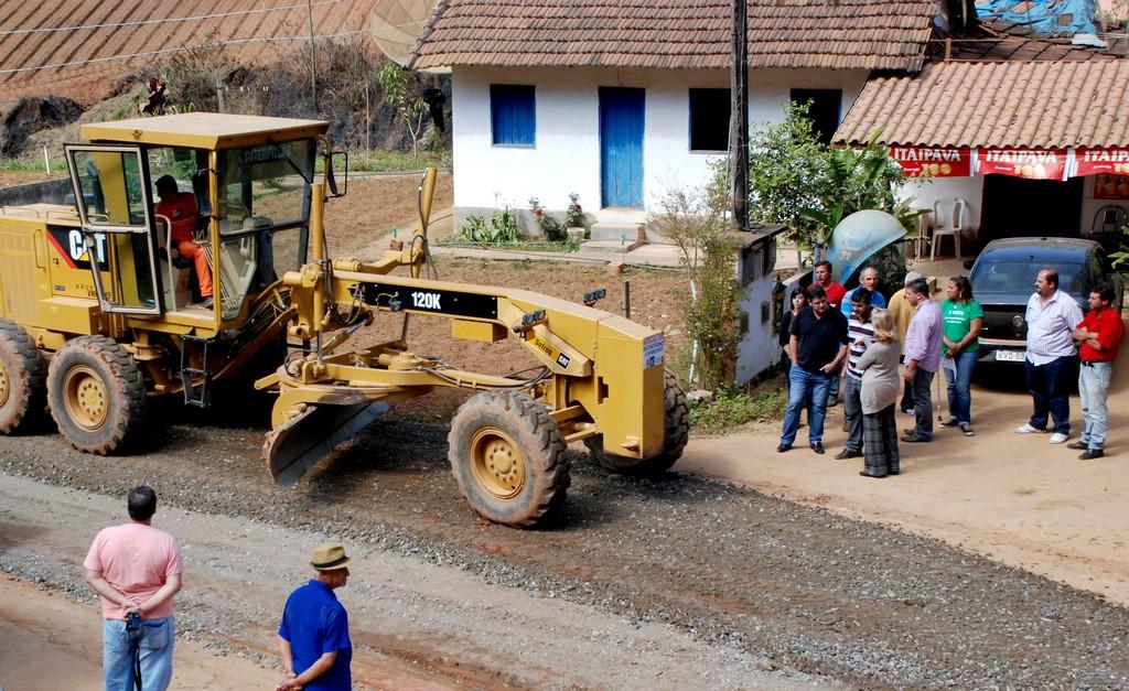 A recuperação dos mais de 5 quilômetros de extensão da Estrada do Batume, em Água Quente, teve início esta semana