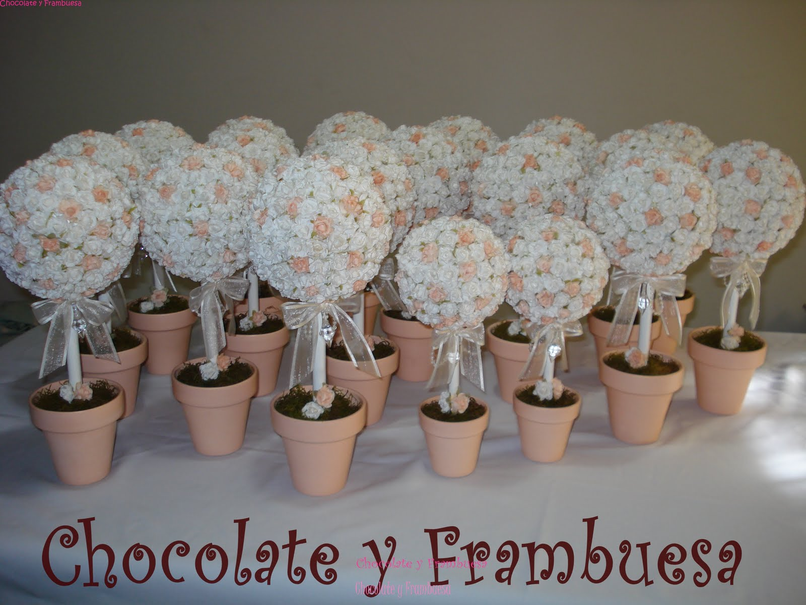 Arbolitos (Topiarios), de flores de papel, con cinta al tono y cairel.