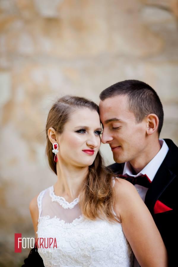 """Panna Młoda w czerwieni, biżuteria ślubna sutasz """"Say YES""""."""